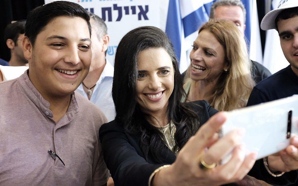 Ayelet Shaked, ancienne ministre de la Justice et chef du parti HaYamin HaHadash, pose pour un selfie lors d'une conférence de presse à Ramat Gan, le 21 juillet 2019. (Tomer Neuberg/Flash90)