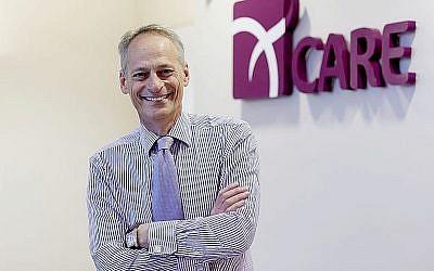 Dr. Simon Fishel, de la firme ProFam, qui prétend pourvoir repousser la ménopause de 20 ans. (Crédit : Wikipedia, Creative Commons)