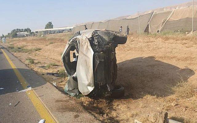 Une voiture accidentée après un accident meurtrier sur la Route 90, le 2 août 2019 (Crédit : Police israélienne)