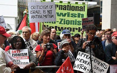 Photo d'illustration : Des manifestants brandissent des pancartes lors d'une manifestation aux abords du siège du parti d'opposition britannique du Labour, dans le centre de Londres, le 4 septembre 2018 (Crédit : Stefan Rousseau/PA via AP)