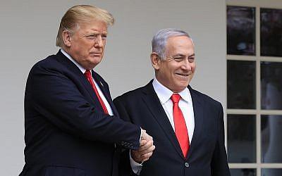 Le président américain Donald Trump, (à gauche), accueille le Premier ministre israélien Benjamin Netanyahu à la Maison Blanche, à Washington, le 25 mars 2019. (Crédit : Manuel Balce Ceneta/AP)
