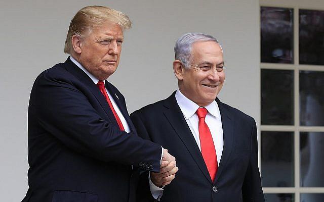 Le président américain Donald Trump, à gauche, accueille le Premier ministre israélien  Benjamin Netanyahu à la Maison Blanche, à Washington, le 25 mars 2019 (Crédit : Manuel Balce Ceneta/AP)
