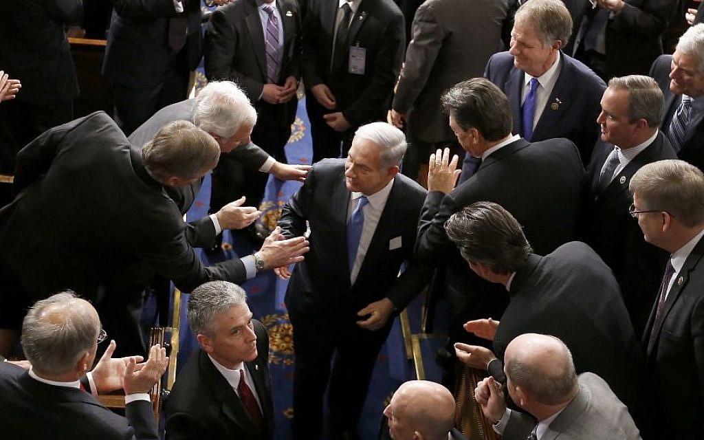 Le Premier ministre Benjamin Netanyahu quitte la Chambre des représentants le 3 mars 2015, après y avoir prononcé un discours dénonçant l'accord sur le nucléaire iranien. (Crédit : AP/Andrew Harnik)