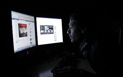 Illustration : un saoudien consulte Facebook, à Riyad le 10 février 2011. (Crédit : AP/Hassan Ammar)