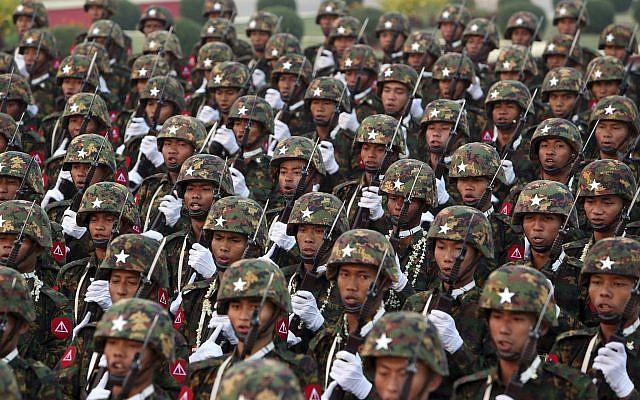 Des militaires de l'armée du Myanmar défilent lors de célébrations à Naypyitaw, au Myanmar, le 27 mars 2019. (Crédit : AP Photo/Aung Shine Oo)