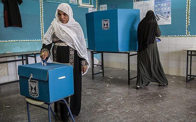 Une Israélienne vote lors d'élections dans la ville à prédominance bédouine de Rahat, le 9 avril 2019. (AP/Tsafrir Abayov)