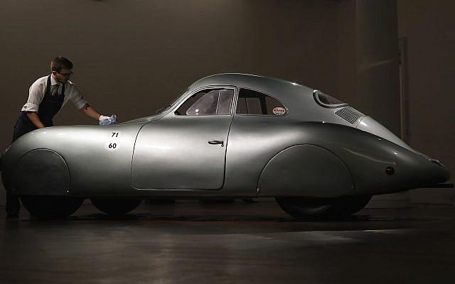 Une Porsche Type 64 de 1939, la plus ancienne voiture de la marque, et véhicule personnel du constructeur allemand Ferdinand Porsche exposée pour une revue de presse à la maison d'enchères Sotheby à Londres, le 21 mai 2019. (Crédit : Alastair Grant/AP)