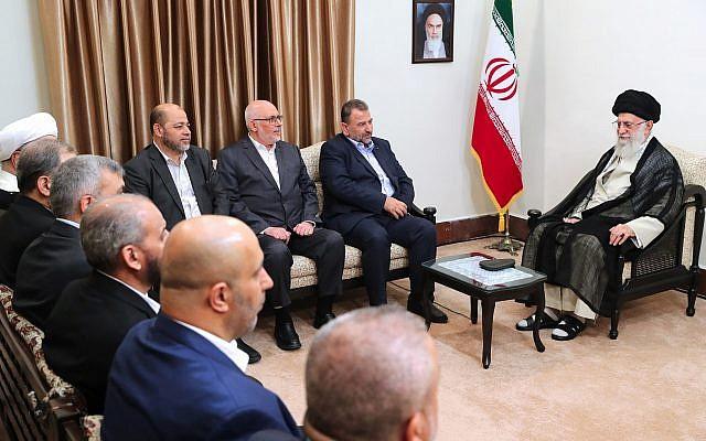 Le guide suprême iranien Ayatollah Ali Khamenei rencontre une délégation du Hamas, à Téhéran le 22 juillet 2019. (Crédit : Bureau du guide suprême iranien via AP)