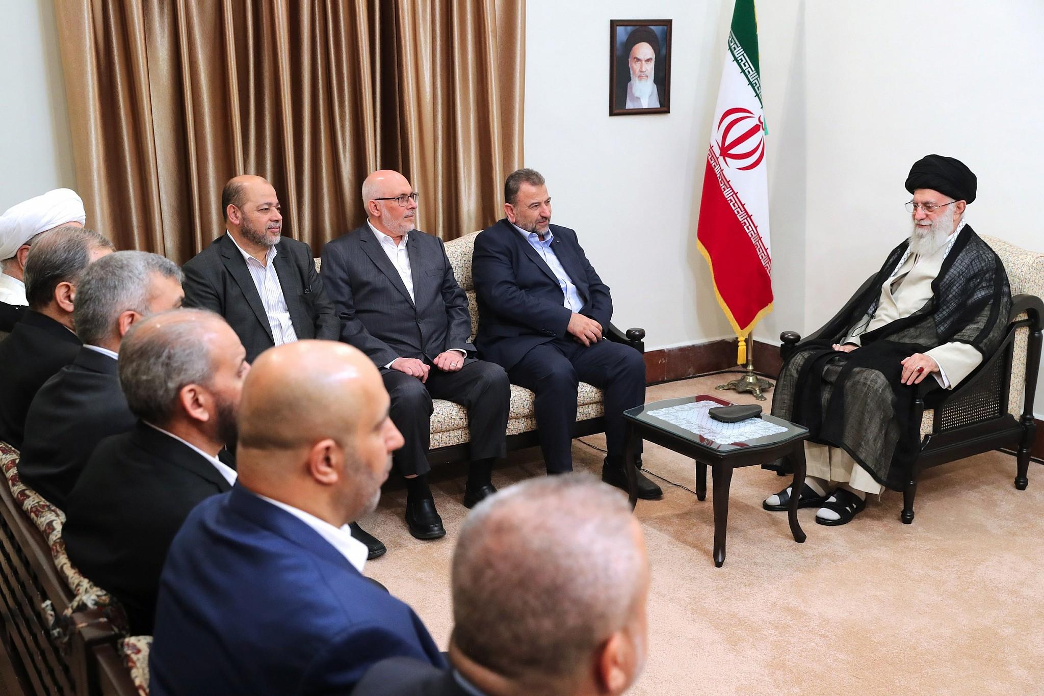 L'état-Major du groupe terroriste Hamas au garde à vous devant Khamenei à Téhéran