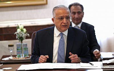 Le ministre irakien des Affaires étrangères, Mohamed Alhakim, assiste à une réunion avec ses homologues égyptien et jordanien au ministère des Affaires étrangères à Bagdad, en Irak, le 4 août 2019. (Crédit : AP / Hadi Mizban)