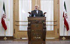 Le ministre iranien des Affaires étrangères  Mohammad Javad Zarif s'exprime lors d'une conférence de presse à Téhéran , en Iran, lundi 5 août 2019. (Crédit : AP/Ebrahim Noroozi)