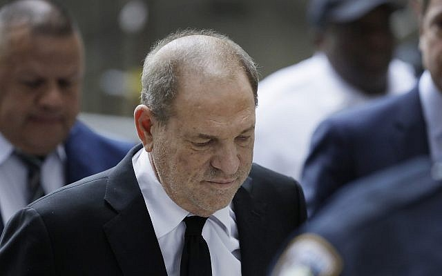 Harvey Weinstein arrive au tribunal à New York, le 26 août 2019. (Crédit : AP Photo/Mark Lennihan)