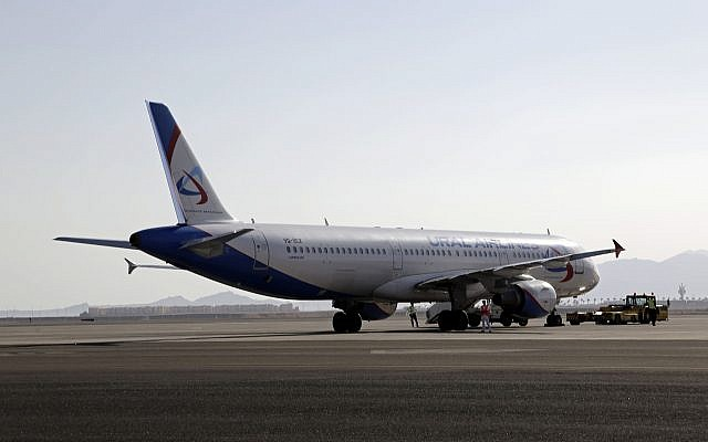 Photo d'illustration : Un avion d'Ural Airlines sur le tarmac de l'aéroport de Sharm el-Sheikh, dans le sud du Sinaï, le 9 novembre 2015 (Crédit :  AP Photo/Thomas Hartwell)