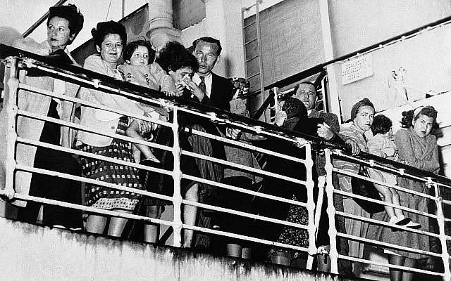 Des réfugiés européens, qui se sont vu refuser l'entrée aux États-Unis à à New York et au Mexique à Veracruz, se tiennent sur le pont du bateau portugais, le Quanza, discutent avec des proches à quai à Norfolk, en Virginie, où le bateau s'est arrêté pour faire le plein, le 11 septembre 1940. (Crédit : AP Photo)
