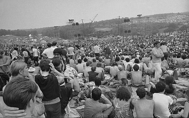 Une vue de la foule au festival de musique & d'art de Woodstock, le 14 août 1969 (Crédit : AP Photo)