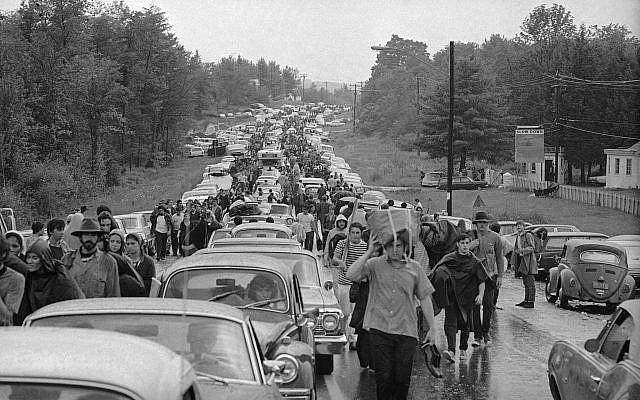 Des centaines de fans de musique rock sur l'autoroute après leur départ du festival de musique et d'art de Woodstock, le 16 août 1969 (Crédit : AP Photo)
