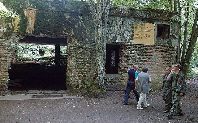 Des touristes visitent les ruines du quartier-général d'Adolf Hitler, la Tanière du loup, à  Gierloz, dans le nord-est de la Pologne, où il avait été victime d'une tentative d'assassinat, le 20 août 1944. Photo prise le 17 juillet 2004 (Crédit : AP Photo/Czarek Sokolowski, File)