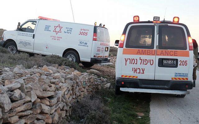 Photo d'illustration - des ambulances arrivent sur les lieux d'une attaque au couteau présumée dans l'implantation de Neve Daniel, en Cisjordanie, le 9 février 2016 (Crédit : Magen David Adom)