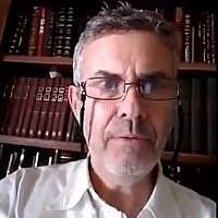 Yisrael Meir Kin affirme n'avoir pas accordé le guett à sa femme malgré les pressions du rabbinat d'Israël, qui ont reporté l'enterrement de sa mère pour qu'il cède. (Crédit : capture d'écran Twitter)