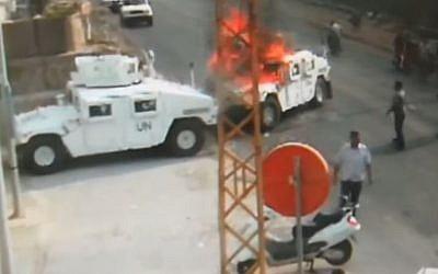 Des membres du Hezbollah incendient un véhicule de la FINUL en 2018, au sud du LIban. La vidéo de l'incident a été diffusée le 28 août 2019. (Crédit : capture d'écran YouTube)