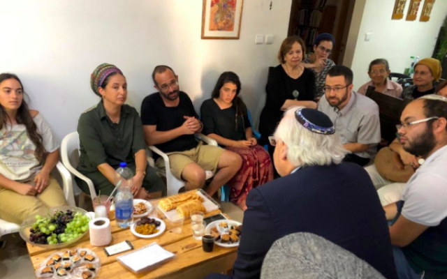 Capture d'écran d'une photo de l'ambassadeur américain en Israël David Friedman auprès de la famille du jeune Dvir Sorek qui a été assassiné la semaine dernière par des terroristes palestiniens en Cisjordanie. (Crédit : Twitter)