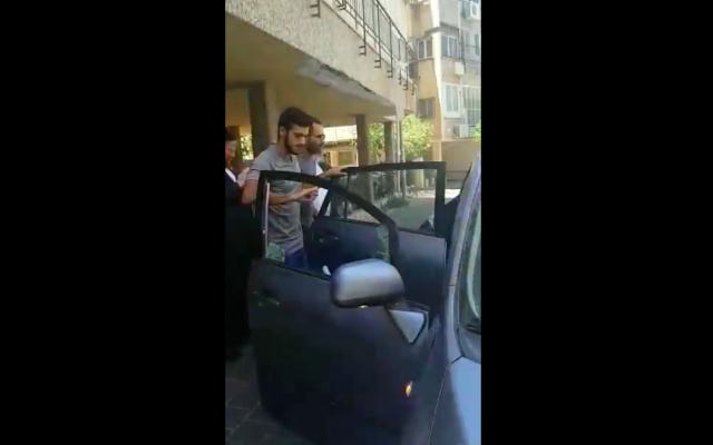 Capture d'écran d'une vidéo qui montre la libération du bébé laissé dans une voiture en pleine chaleur. (Capture d'écran : Twitter)