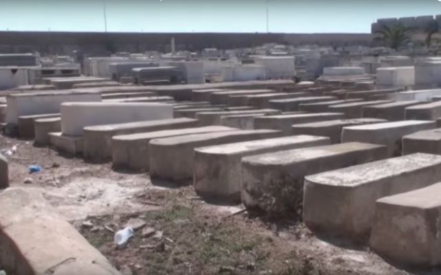 Le cimetière juif d'El Jadida, en 2012, avant sa rénovation. (Crédits photo : Capture d'écran YouTube / Jacques Soussan)