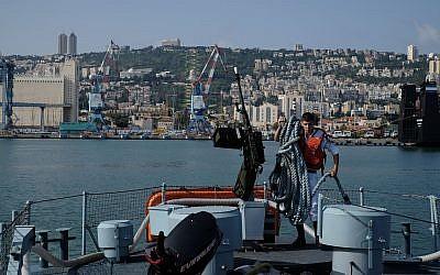 A titre d'illustration. Un membre d'équipage du patrouilleur Dvora prépare le navire dans le port de Haïfa, le 19 avril 2018. (Judah Ari Gross/Times of Israel)