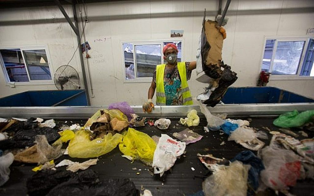 Des ouvriers trient des déchets à l'usine de recyclage de Greenet dans la zone industrielle d'Atarot, au nord de Jérusalem, le 16 juin 2015 (Crédit : Yonatan Sindel/Flash90)