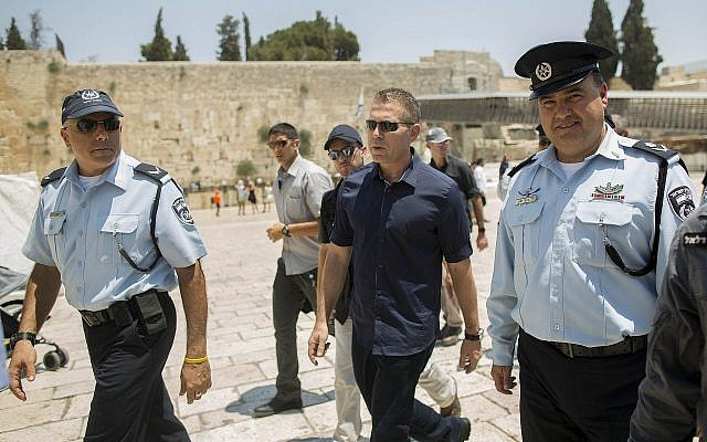 Le ministre de la Sécurité intérieur Gilad Erdan au mur Occidental, à Jérusalem, le 31 juillet 2019. (Crédit : Yonatan Sindel/Flash90)