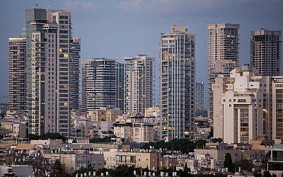 Des tours d'appartements de luxe dans le quartier de Park Tzameret à Tel Aviv, le 24 août 2015 (Crédit : Miriam Alster/Flash90)