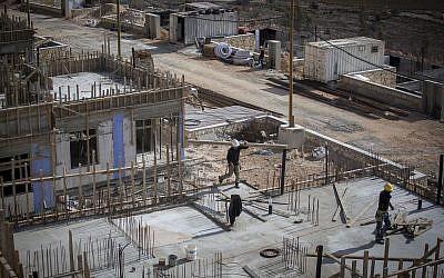 Construction de nouvelles maisons dans l'implantation israélienne de Shiloh. Le 17 novembre 2016. (Miriam Alster/Flash90)