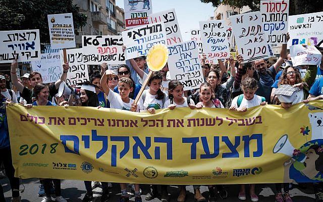 Des Israéliens prennent part à une manifestation exigeant une action contre le changement climatique, Tel Aviv, le 27 avril 2018. (Tomer Neuberg/Flash90)