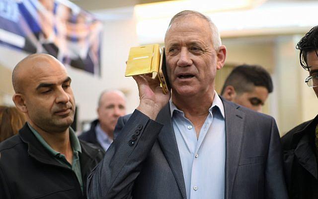 Benny Ganz, chef du parti Kakhol lavan, au téléphone pendant un meeting électoral, à Petah Tikva le 13 mars 2019. (Crédit : Gili Yaari/Flash90)