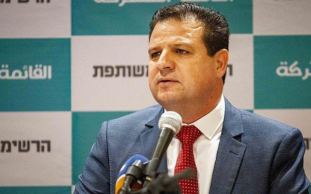 Ayman Odeh, président de la Liste arabe unie, en conférence de presse à Nazareth, le 27 juillet 2019. (Crédit : Flash90)