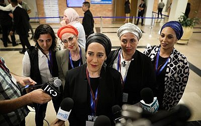 Des femmes du culte Ambash parlent aux journalistes à la Knesset alors qu'elles viennent présenter leur liste électorale à la commission centrale des élections, le 1er août 2019 (Crédit : Noam Revkin Fenton/Flash90)