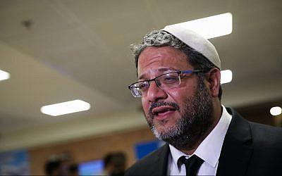Itamar Ben Gvir d'Otzma Yehudit parle aux journalistes avant le dépôt de sa liste pour les élections à la Knesset auprès de la commission centrale électorale, le 1er août 2019 (Crédit : Noam Revkin Fenton/Flash90)