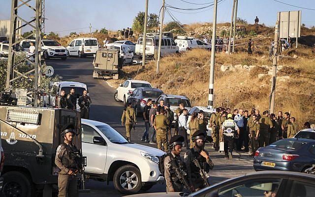 Des forces de sécurité israéliennes à l'endroit où le corps d'un soldat a été retrouvé lardé de coups de couteaux, près de l'implantation de Migdal Oz, en Cisjordanie, le 8 août 2019. (Crédit ;Gershon Elinson/Flash90)