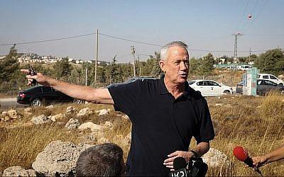 Le chef du parti Kakhol lavan, Benny Gantz, s'entretient avec des journalistes près de l'implantation Migdal Oz en Cisjordanie, après la mort de l'étudiant de yeshiva Dvir Yehuda lors d'un attentat terroriste, le 8 août 2019. (Crédit : Gershon Elinson / Flash90)