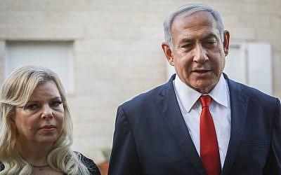 Le Premier ministre Benjamin Netayahu et son épouse Sara devant la maison de la famille Sorek, à Ofra, en Cisjordanie, le 13 août 2019. (Crédit : Flash90)