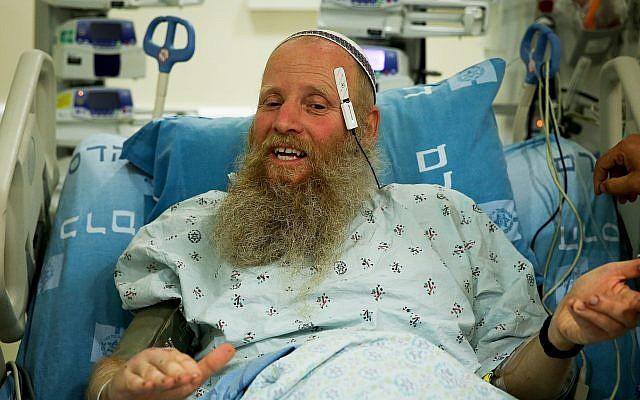 Rabbi Eitan Shnerb s'exprime devant les journalistes à l'hôpital d'Ein Kerem, au lendemain de l'explosion terroriste près de Dolev qui l'a blessé, ainsi que son fils Dvir, et tué sa fille Rina, 24 août 2019. (Crédit : Flash90)