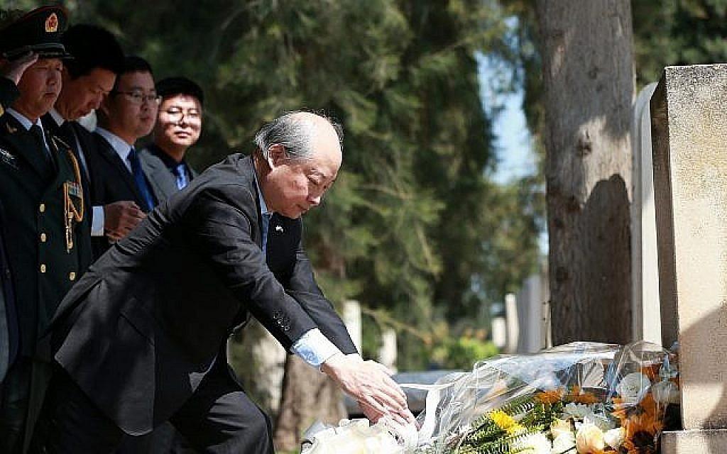 L'ambassadeur Zhan Yongxin à la tête d'une délégation de l'ambassade chinoise en Israël rend un hommage au docteur Jakob Rosenfeld sur sa tombe, à Tel Aviv, le 4 avril 2019 (Crédit : Mao Li)