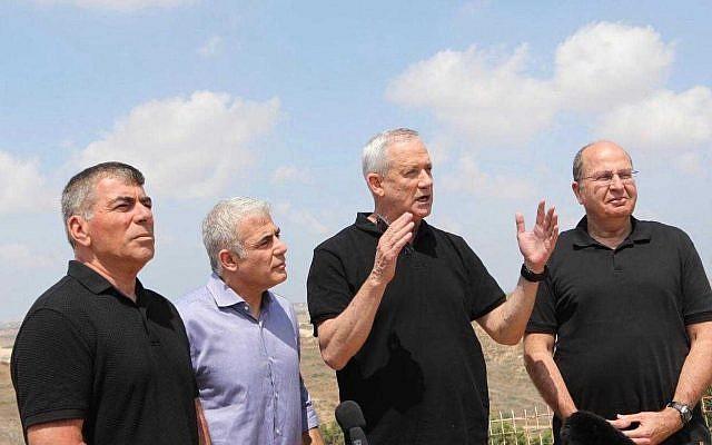 (De gauche à droite) Gabi Ashkenazi, Yair Lapid, Benny Gantz et Moshe Yaalon du parti Kakhol lavan pendant une visite à Sderot, le 6 août 2019. (Elad Malka)