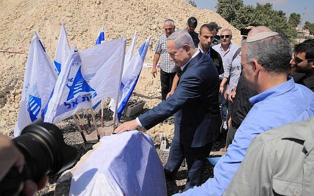 Benjamin Netanyahu, au centre, pose la première pierre de nouveaux logements à Beit El, en Cisjordanie, le 8 août 2019. (Crédit : Sharon Revivo/Likud)