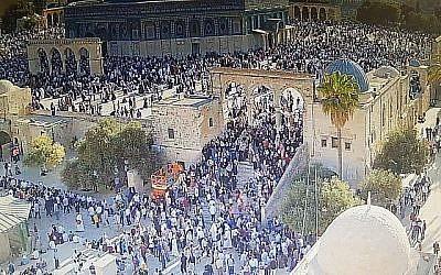 Des fidèles musulmans se rendent au mont du Temple, dans la Vieille Ville de Jérusalem, le 11 août 2019, à l'occasion de la fête de l'Aïd al-Adha. (Crédit : Police israélienne)