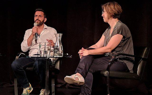 Eliran Malka, créateur de la série 'Shababnikim' , interviewé par Jessica Steinberg, responsable notre rubrique « Culture & Art de vivre », lors d'un évènement du Times of Israel Presents à Beit Avi Chai,; à Jérusalem, le 25 août 2019 (Crédit : Matthew Kalman)