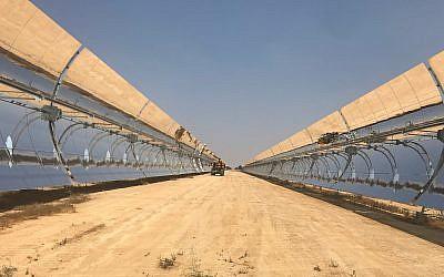 L'usine thermique solaire d'Ashalim, dans le Negev (Crédit : Shoshanna Solomon/Times of Israel)