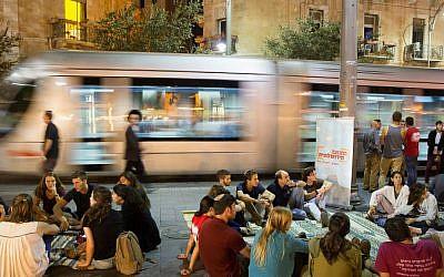Discussions intensives et surtout impromptues qui ont eu lieu sur la place Sion à Jérusalem pendant Tisha BeAv 2015. (Avec l'aimable autorisation de Yerushalmim)