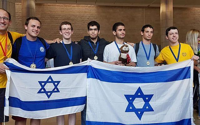 Sur la photo (de droite à gauche) : Aviel Boag, Omri Peer, Lior Hadassi, Ohad Nir, Dor Metzer, Noam Ta Shma et Lev Radzivilovsky, aux Olympiades universitaires de mathématiques. (Crédit photo : Université de Tel Aviv)
