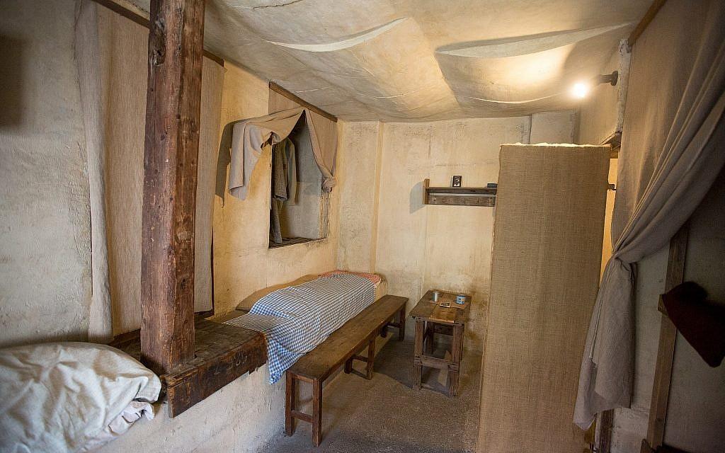 Un grenier reconstitué dans l'ancien camp de concentration du ghetto nazi de Terezin, en République tchèque, février 2019. (Elan Kawesch/The Times of Israel)